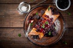 Crepes με το μούρο και τη μαρμελάδα Στοκ φωτογραφία με δικαίωμα ελεύθερης χρήσης
