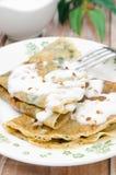 Crepes με το σπανάκι με τη σάλτσα γιαουρτιού και την κατακόρυφο καρυδιών Στοκ Εικόνες