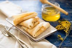 crepes Ρωσικές λεπτές τηγανίτες με το μέλι Πίνακας προγευμάτων Στοκ Φωτογραφίες