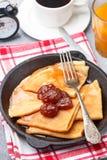 Crepes завтрака Тонкие блинчики с вареньем клубники Стоковые Изображения RF