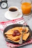 Crepes завтрака Тонкие блинчики с вареньем клубники Стоковое Изображение
