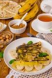 Crepes или блинчики с сливк шоколада, бананами и фундуками для завтрака Стоковая Фотография RF