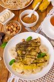 Crepes или блинчики с сливк шоколада, бананами и фундуками для завтрака Стоковые Изображения