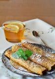 Crepes помадки с вареньем клубники с чашкой чаю Блинчики Стоковая Фотография