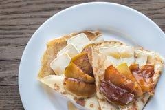 Crepes с бри и caramelized кусками яблока Стоковое Фото