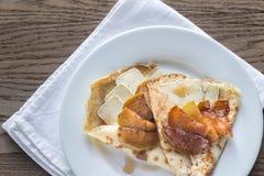 Crepes с бри и caramelized кусками яблока Стоковые Изображения