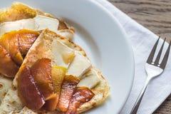 Crepes с бри и caramelized кусками яблока Стоковая Фотография RF