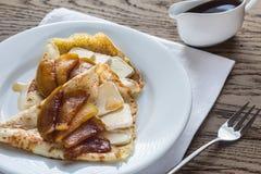 Crepes с бри и caramelized кусками яблока Стоковые Фото
