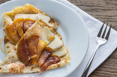 Crepes с бри и caramelized кусками яблока Стоковое фото RF