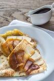 Crepes с бри и caramelized кусками яблока Стоковые Изображения RF