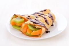 Crepes с кусками кивиа и абрикоса Стоковое фото RF