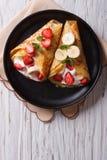 Crepes с клубниками, бананами и cream вертикальным взгляд сверху Стоковые Фото
