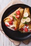 Crepes с клубниками, бананами и cream вертикалью крупного плана покрывают Стоковые Фото