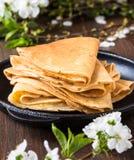 Crepes сложенные в треугольниках на сковороде Стоковые Фото