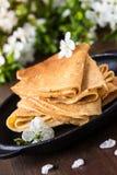 Crepes сложенные в треугольниках на сковороде Стоковое Изображение