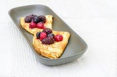Crepes с одичалыми ягодами Стоковая Фотография