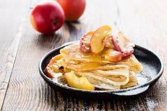 Crepes с свежими caramelized яблоками на верхней части и соусе яблока Стоковое Изображение RF