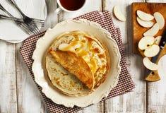 Crepes с соусом яблока и карамельки Стоковое Фото