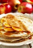 Crepes с соусом яблока и карамельки Стоковое Изображение RF