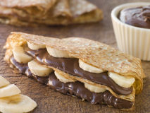crepes шоколада банана заполнили фундук стоковое фото