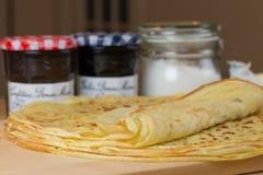 Домодельный тонко крепирует на завтрак или десерт Очень вкусные французы крепируют стоковое фото