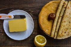 Crepes calientes con mantequilla en la tabla de madera Fotografía de archivo libre de regalías