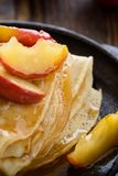 Crepes caseiros servidos com maçãs caramelizadas Imagens de Stock Royalty Free