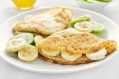 Crepes com fatias da banana e do quivi Imagem de Stock Royalty Free