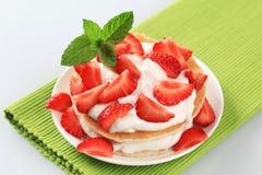 Crepes con crema y fresas Imagen de archivo libre de regalías