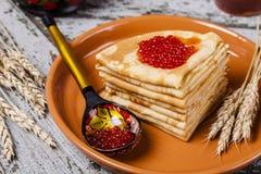 Crepes con el caviar de color salmón imágenes de archivo libres de regalías