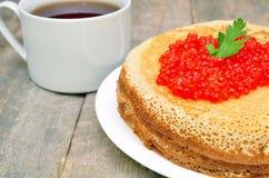 Crepes con el caviar rojo Fotos de archivo