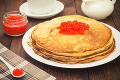 Crepes con el caviar rojo Cocina rusa Endecha plana Maslenitsa Fondo de madera Visión superior Primer fotos de archivo libres de regalías