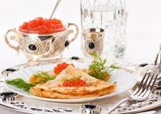 Crepes con el caviar y la vodka rojos fotografía de archivo