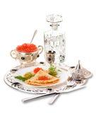 Crepes con el caviar y la vodka rojos imagen de archivo libre de regalías