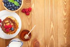 Crepes con el jarabe de la frambuesa, del arándano, de la menta y de la miel Imagen de archivo libre de regalías