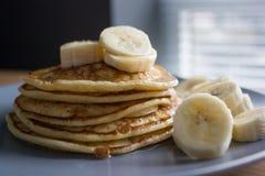 Crepes con el jarabe y los plátanos de arce Fotografía de archivo libre de regalías