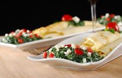 Crepes con espinaca, el tomate y el queso Fotos de archivo libres de regalías