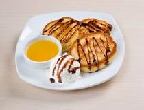 Crepes con helado y miel Imagen de archivo libre de regalías