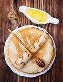 Crepes con la miel Foto de archivo libre de regalías
