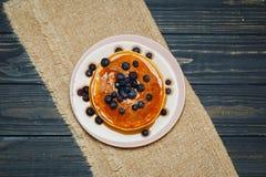Crepes con la miel y los arándanos Imagen de archivo