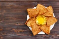 Crepes con la miel y la mantequilla en una opinión superior del fondo de madera con el espacio de la copia Foto de archivo libre de regalías