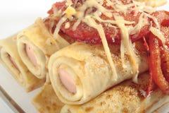 Crepes con las salchichas y los tomates Imagen de archivo