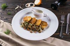 Crepes con las setas y las cebollas fritas Crepes de patata con las setas y la crema agria Cocina ucraniana, europea Imagenes de archivo