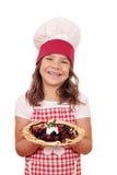 Crepes da posse do cozinheiro da menina enchidos com os frutos Imagem de Stock