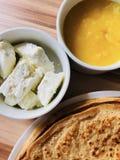 Crepes de la comida con el queso blanco de la miel local de la abeja en foco Imagen de archivo libre de regalías