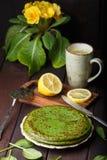Crepes de la espinaca en la tabla de madera y la primavera amarilla Imagenes de archivo