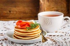 Crepes de la patata y del queso con el queso cremoso y el eneldo rojos salados de los pescados Desayuno Imagen de archivo libre de regalías