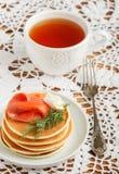 Crepes de la patata y del queso con el queso cremoso y el eneldo rojos salados de los pescados Desayuno Fotografía de archivo