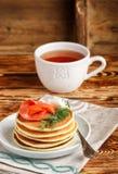 Crepes de la patata y del queso con el queso cremoso y el eneldo rojos salados de los pescados Desayuno Imagen de archivo