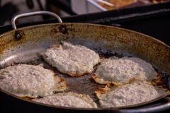 Crepes de patata Buñuelos vegetales Latkes en sartén fotos de archivo libres de regalías